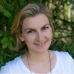 Nicole Waldhauser Vor Einem Baum